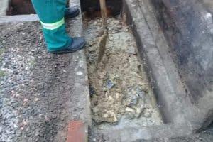 Caixa de Gordura de concreto cheia de resíduos
